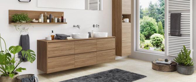 Badezimmer mit Badmöbeln und Waschtischen