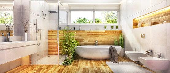 Badezimmer mit Badewanne, Toilette und Waschbecken